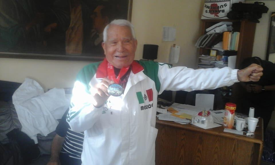 DON ALBERTO CHAVEZ,A SUS 83 AÑOS, AÚN ES UN GRAN MARATONISTA