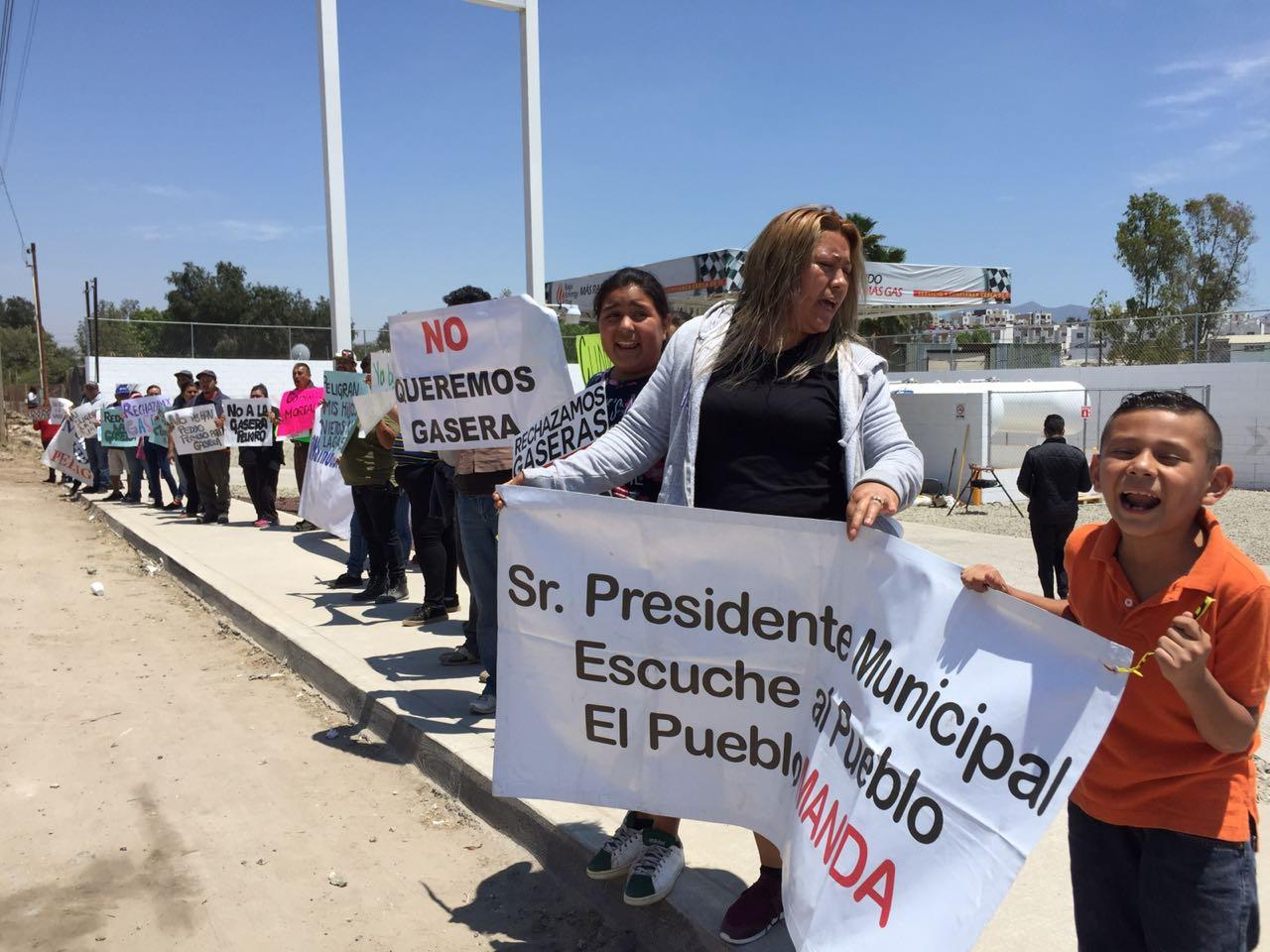 PROTESTAS VECINOS DISTRIBUIDORA DE BAJA ENERGY GAS, CERCA DE CENTRO ESCOLAR