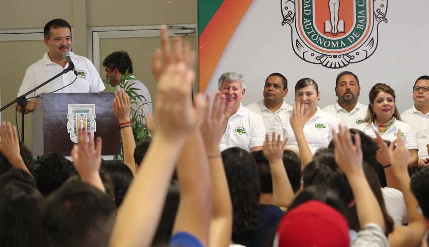 DAN BIENVENIDA A NUEVOS ESTUDIANTES DE LA UABC .Este lunes iniciaron clases