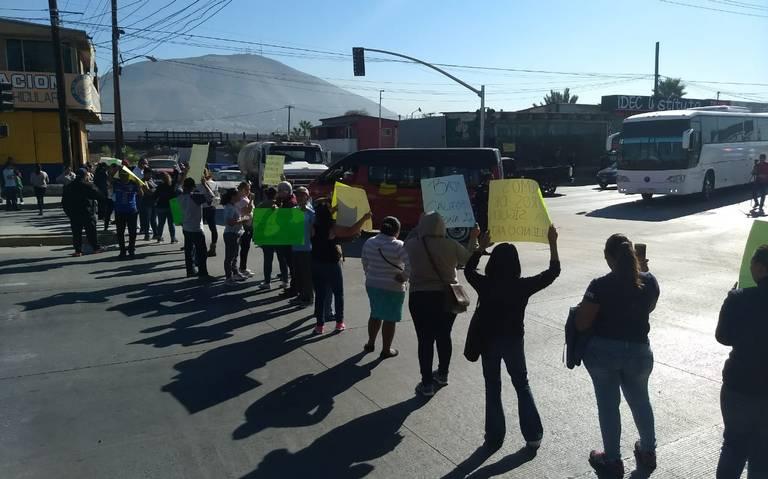 PADRES DE FAMILIA DEMANDAN MAESTROS PARA SUS HIJOS.Bloquean bulevard  Díaz Ordaz en Protesta