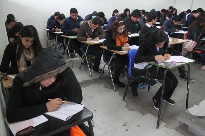 """GOBIERNO ESTATAL SUSPENDE BECAS  """"TODOS A LA PREPA"""".Tres mil 800 alumnos afectados de 34 planteles privados"""