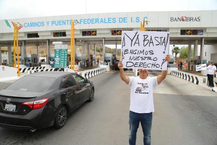 """GRUPO DE PERSONAS TOMARON CASETA   DE PLAYAS DE TIJUANA.""""Chalecos amarillos"""" se manifiestan contra AMLO"""
