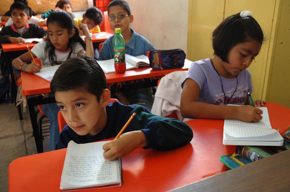 Niños mexicanos aprobarán primero y segundo de primaria sólo asistiendo a clases