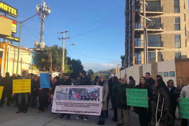 """ALUMNOS DE """"LA LÁZARO""""  PROTESTAN CONTRA CONSTRUCCIÓN DE CONDOMINIOS DE GUAKIL"""