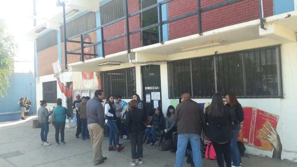 Protestan maestros para exigir nombramiento por escalafón de directivos de escuela de Tijuana