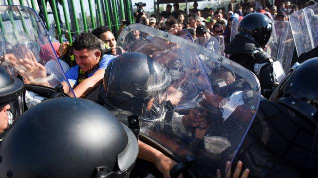 GUARDIA NACIONAL CIERRA PASO A CARAVANA DE MIGRANTES CENTROAMERICANOS