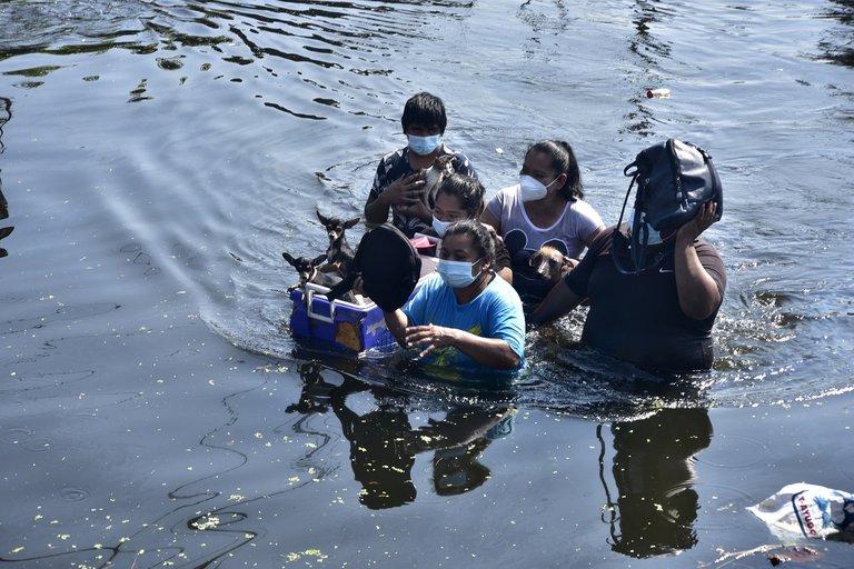 """EN TABASCO """"CON EL AGUA HASTA EL CUELLO"""". 175 Mil damnificados.9 días de inundaciones"""
