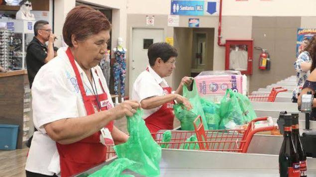 SORIANA ACEPTA A QUE REGRESEN A EMPACAR LOS DE LA TECER EDAD.Walmart loa rechazó